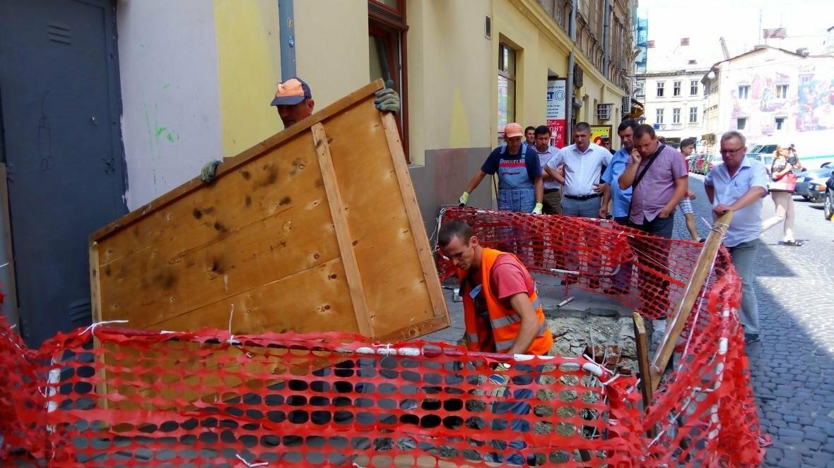 У центрі Львова — дірка в тротуарі (оновлено), фото-2