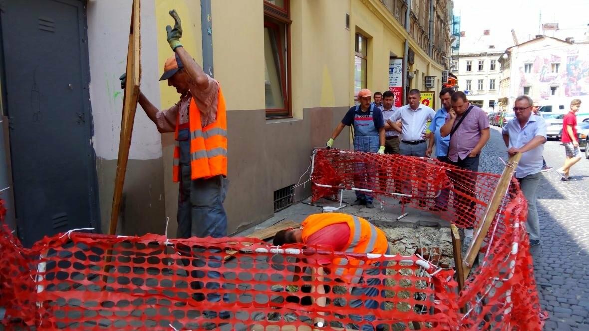 У центрі Львова — дірка в тротуарі (оновлено), фото-3