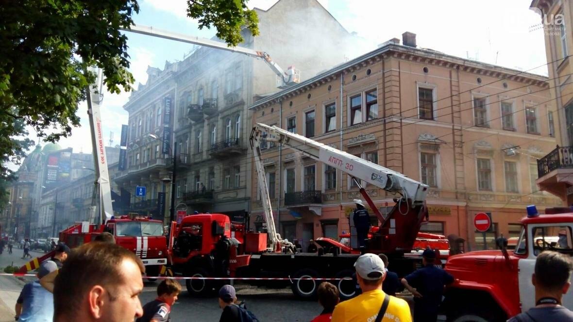 На проспекті Свободи горить будинок: фото з місця події, фото-7