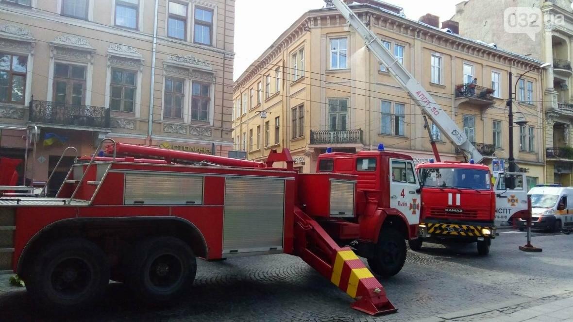 На проспекті Свободи горить будинок: фото з місця події, фото-6