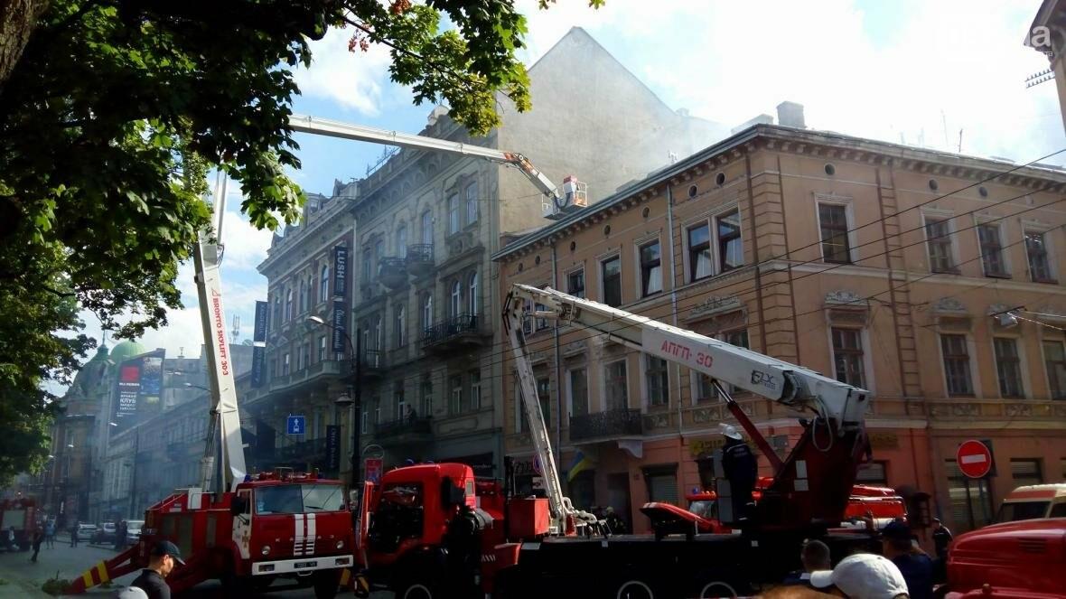 На проспекті Свободи горить будинок: фото з місця події, фото-9