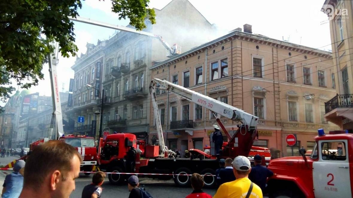 На проспекті Свободи горить будинок: фото з місця події, фото-5
