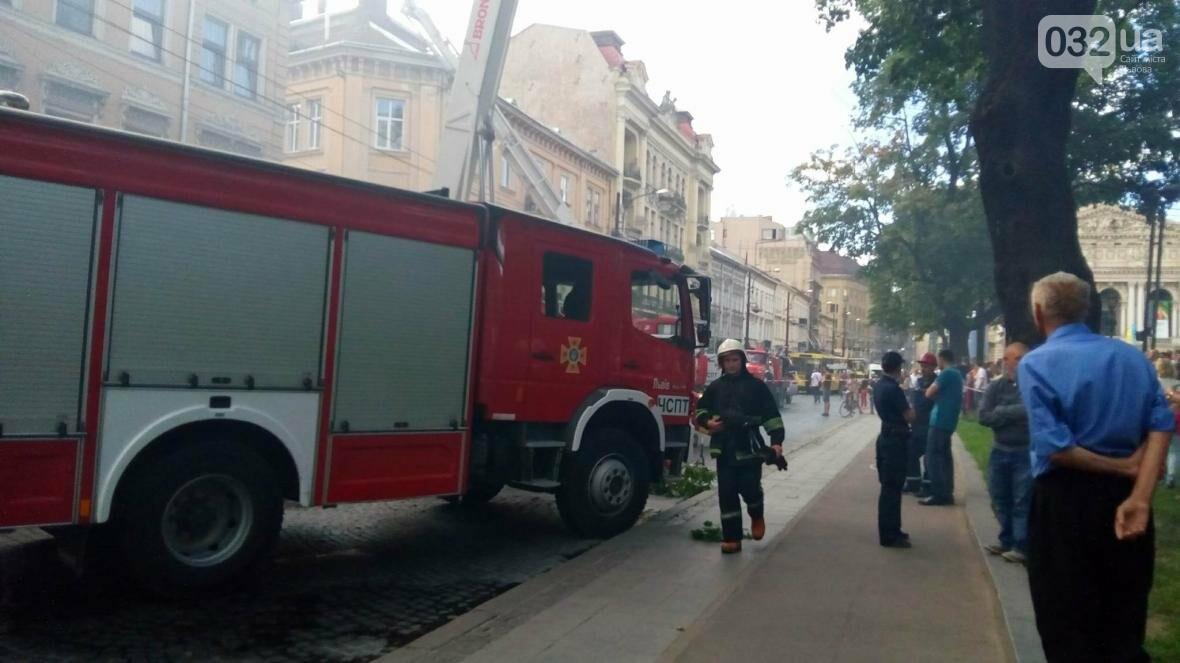 На проспекті Свободи горить будинок: фото з місця події, фото-1