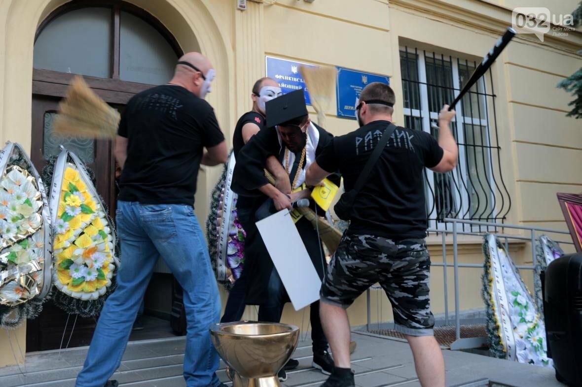 Активісти у Львові влаштували імпровізовані похорони корупції в судах : фоторепортаж , фото-8, Фото: Назар Юськів/032.ua