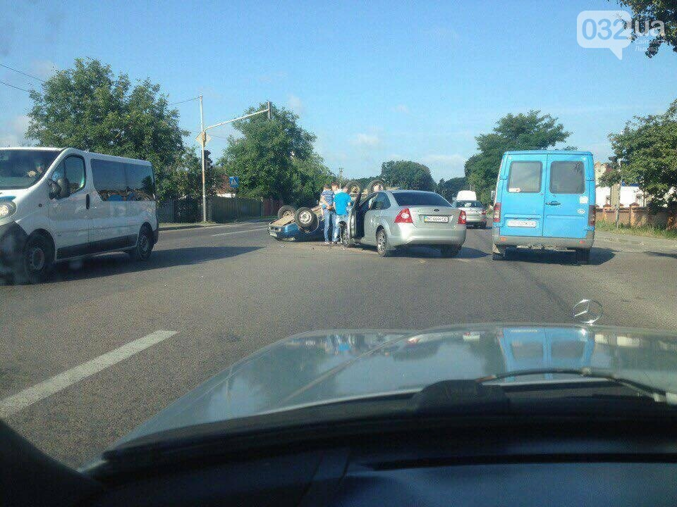 Поблизу Львова перекинувся автомобіль: подробиці і фото з місця ДТП, фото-3
