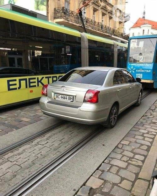 Водій Садового грубо порушує правила дорожнього руху в центрі міста: фотофакт , фото-1, Фото: Юрій Ситник/Facebook