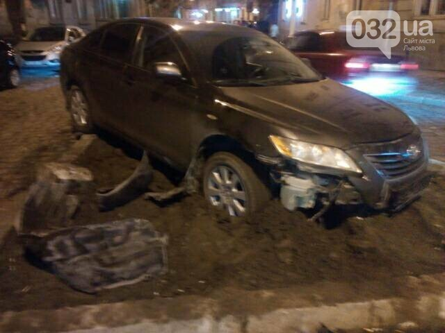 У центрі Львова водій в'їхав у клумбу. Фото, фото-1