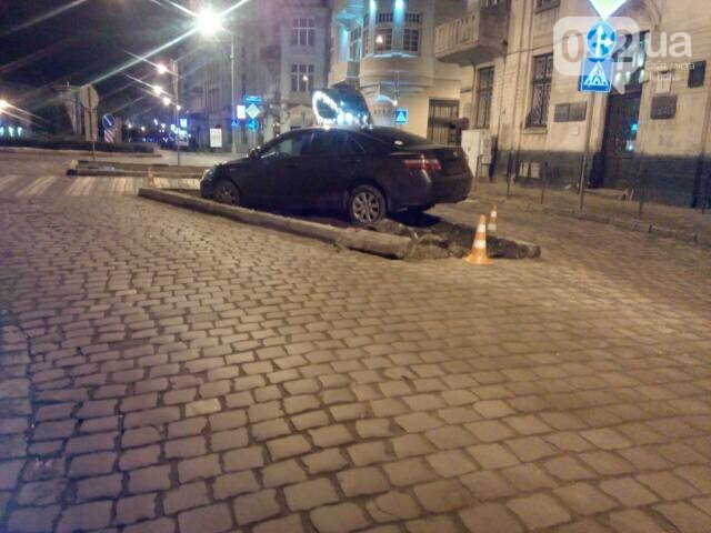 У центрі Львова водій в'їхав у клумбу. Фото, фото-3