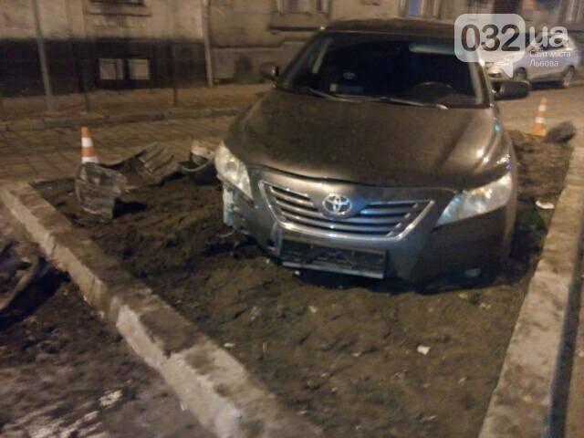 У центрі Львова водій в'їхав у клумбу. Фото, фото-2