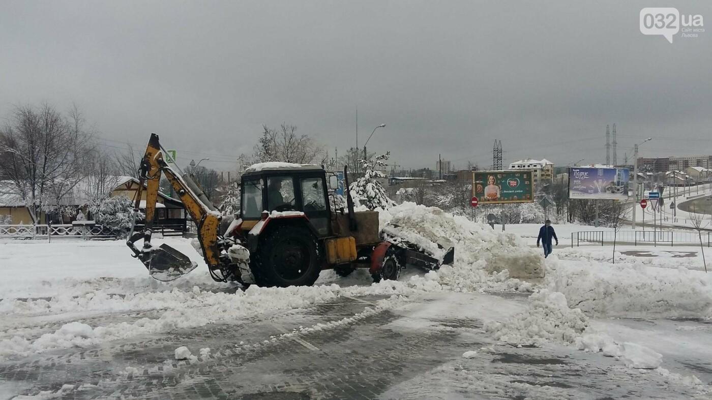 До Львова повернулася зима: як розчищають вулиці міста. Фото, фото-3