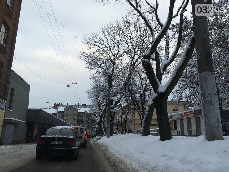 Як у Львові розчищають вулиці після снігопаду: ситуація на дорогах міста. Фото, фото-2