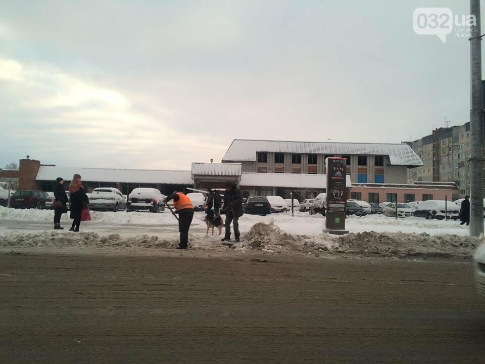 Як у Львові розчищають вулиці після снігопаду: ситуація на дорогах міста. Фото, фото-1