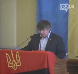 У сесійній залі Львівської міськради вивісили червоно-чорний прапор, фото-1
