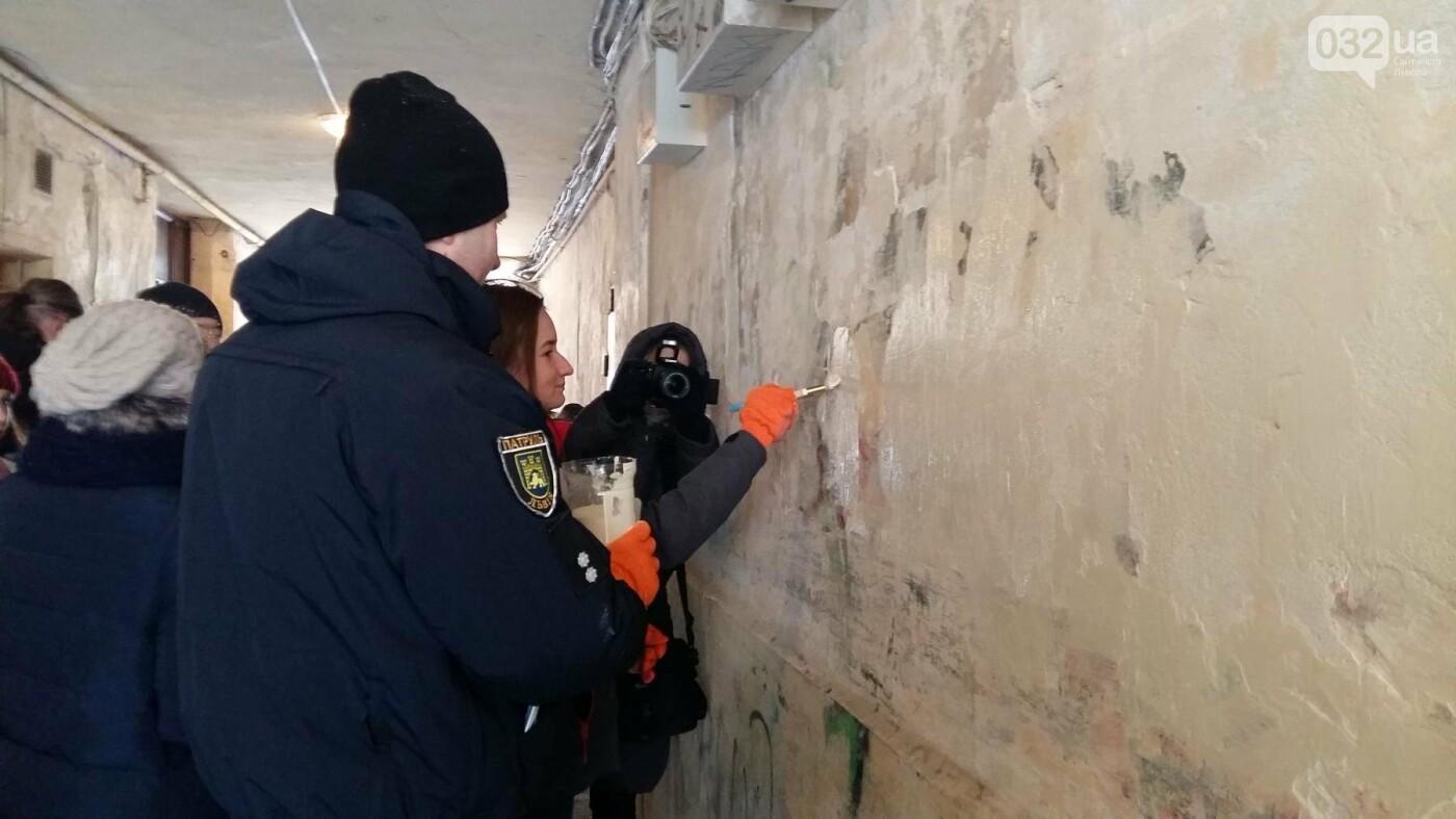 Стоп, наркотик: у Львові патрульні спільно з активістами замальовували наркорекламу на стінах будинків. Відео, фото-2