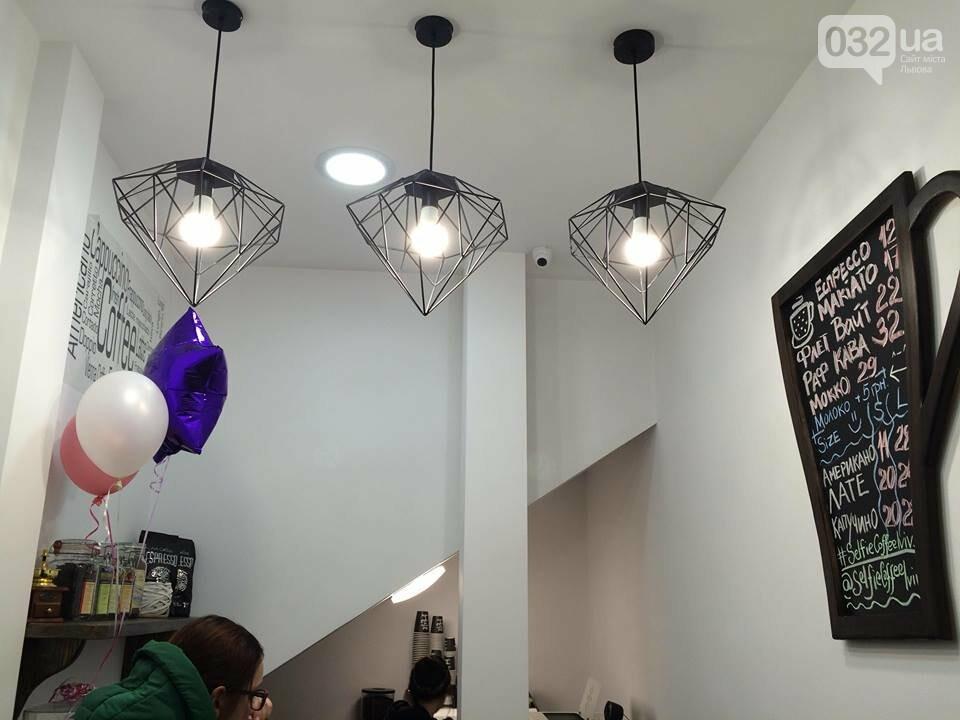 У Львові працює неординарна арт-кав'ярня, де друкують селфі на каві. Фото, фото-5