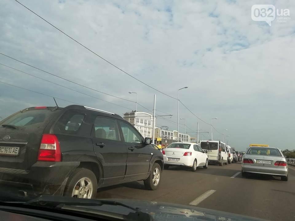 Ситуація на дорогах Львова: затори на Сихівському мосту та ДТП на Зеленій, - ФОТО, фото-2