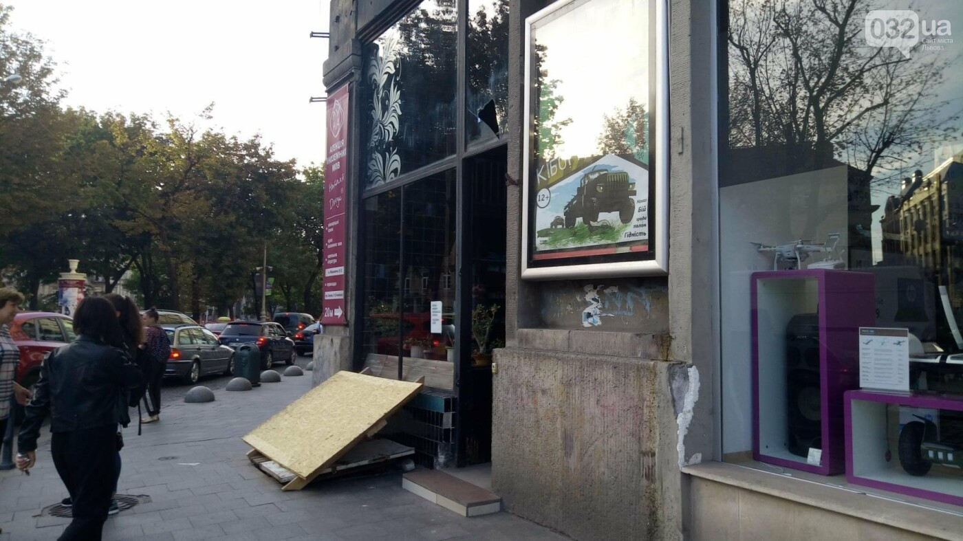 Навколо аптеки на площі Міцкевича нарешті прибрали паркан, - ФОТО, фото-3