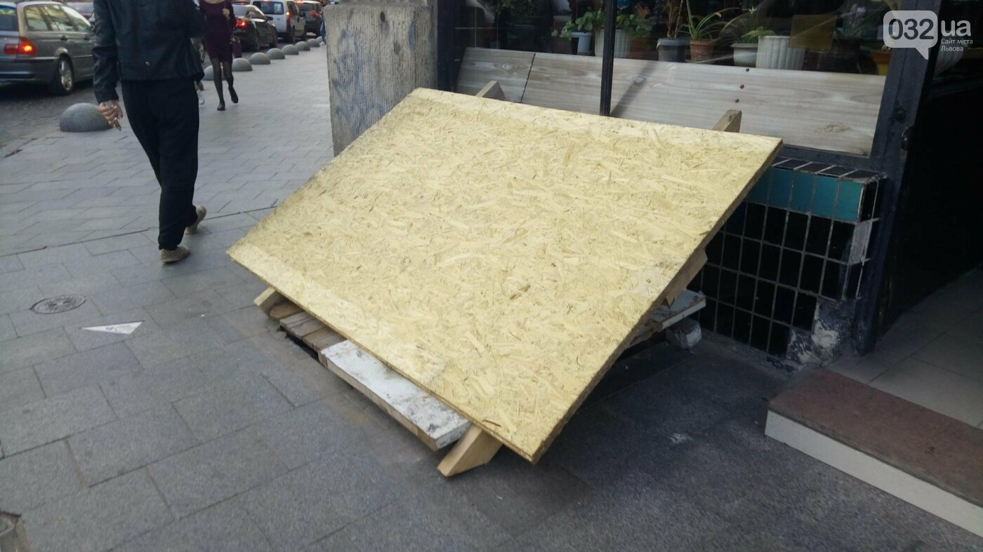 Навколо аптеки на площі Міцкевича нарешті прибрали паркан, - ФОТО, фото-1