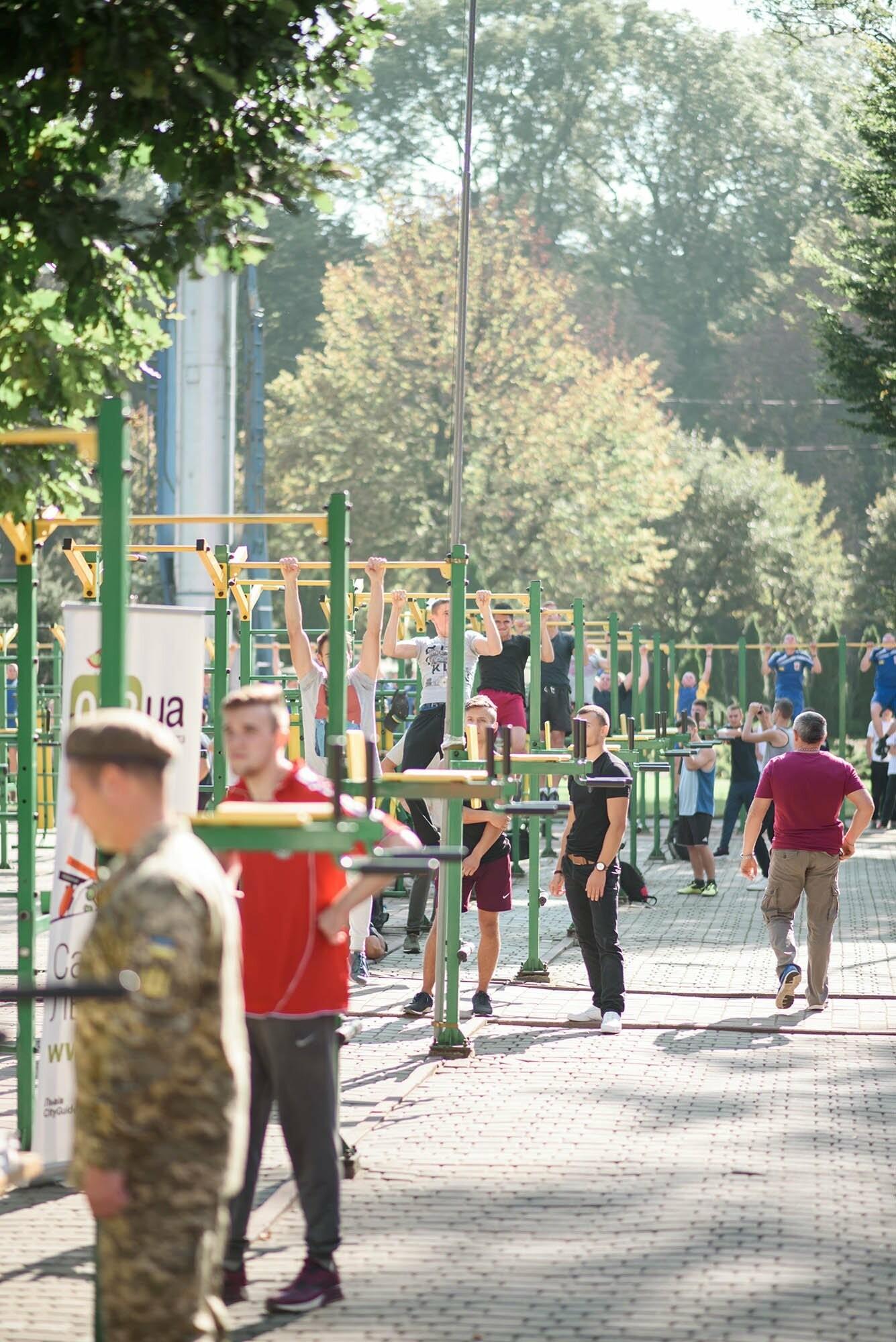 240 студентів Львівщини одночасно підтягнулися на турніках, фото-11
