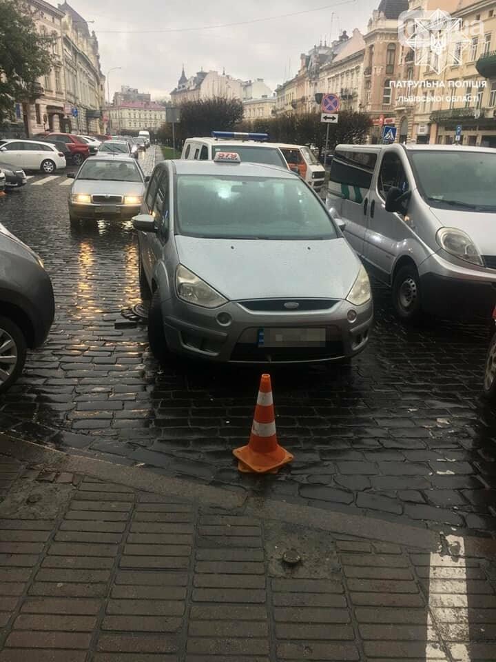 Чоловік на громадській парковці у Львові самовільно встановив конуси/Патрульна поліція Львівської області