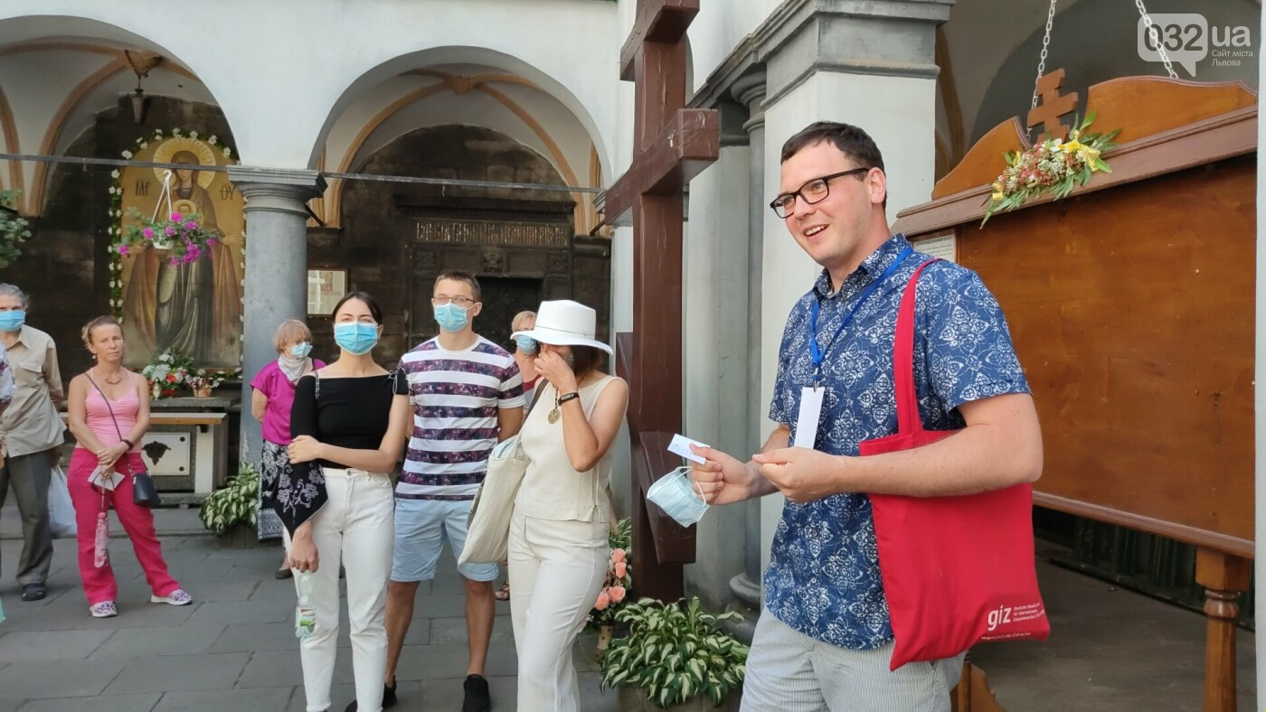 Назарій Лоштин проводить екскурсію, фото 032.ua