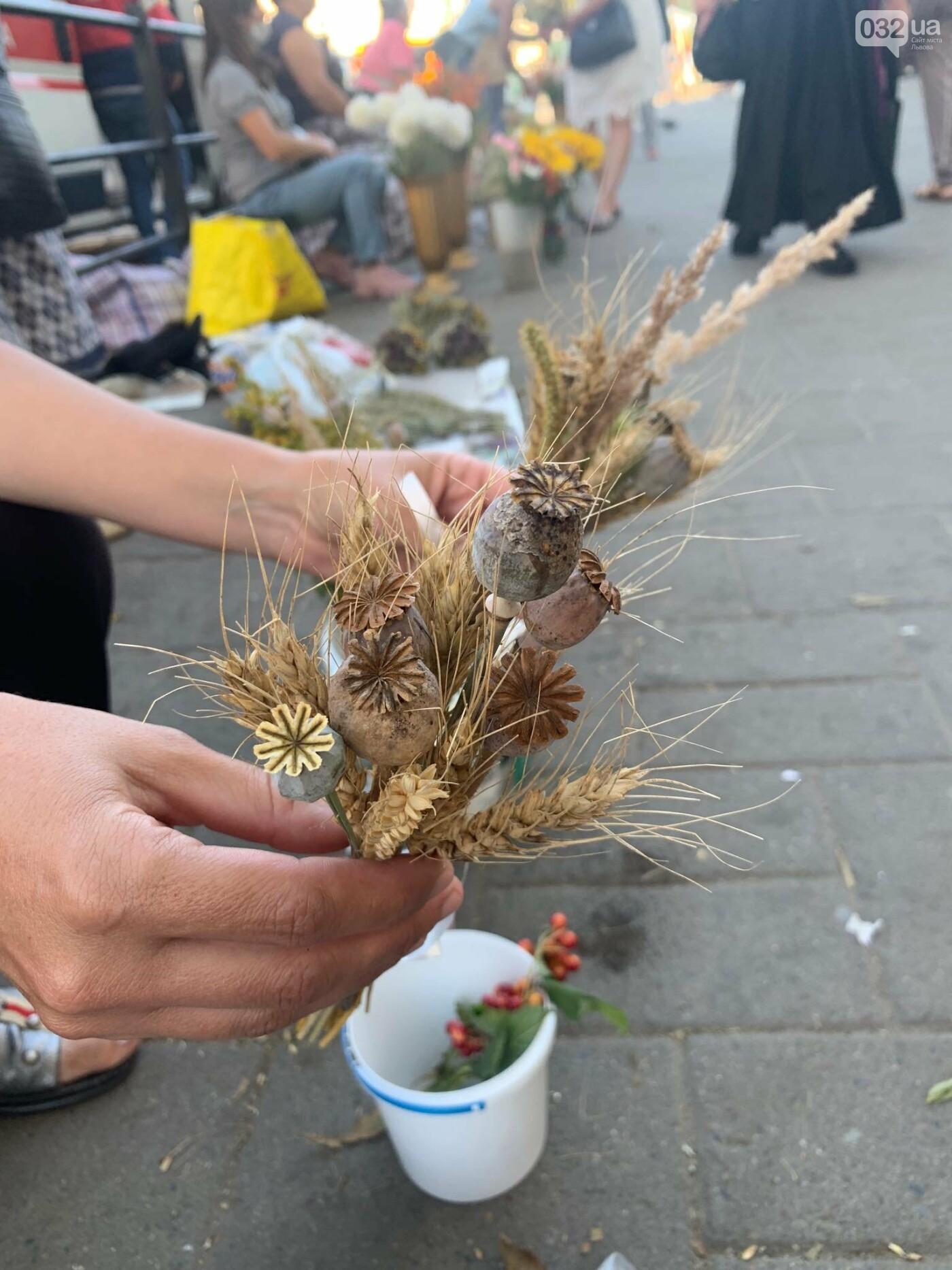 Букети на Маковія у Львові. Фото - 032.ua