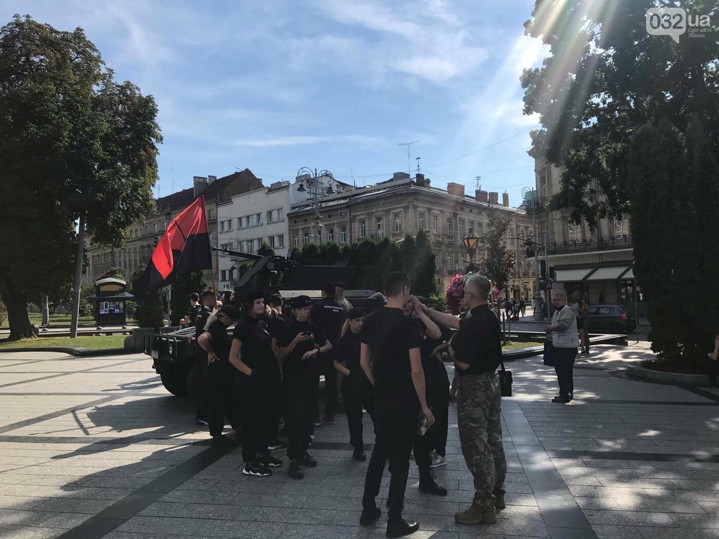 Поминальна молитва у Львові за воїнів, які загинули поблизу Іловайська. Фото -  032.ua