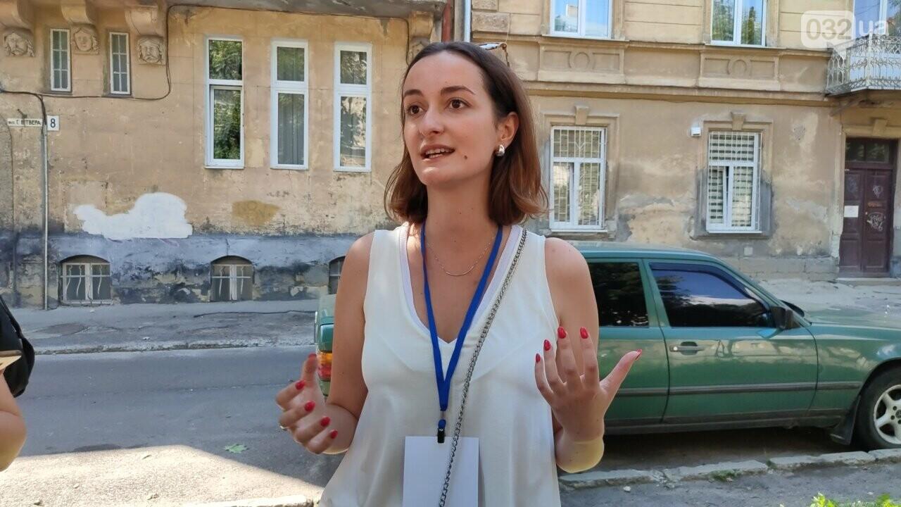 Юлія Лоштин веде екскурсію, фото 032.ua