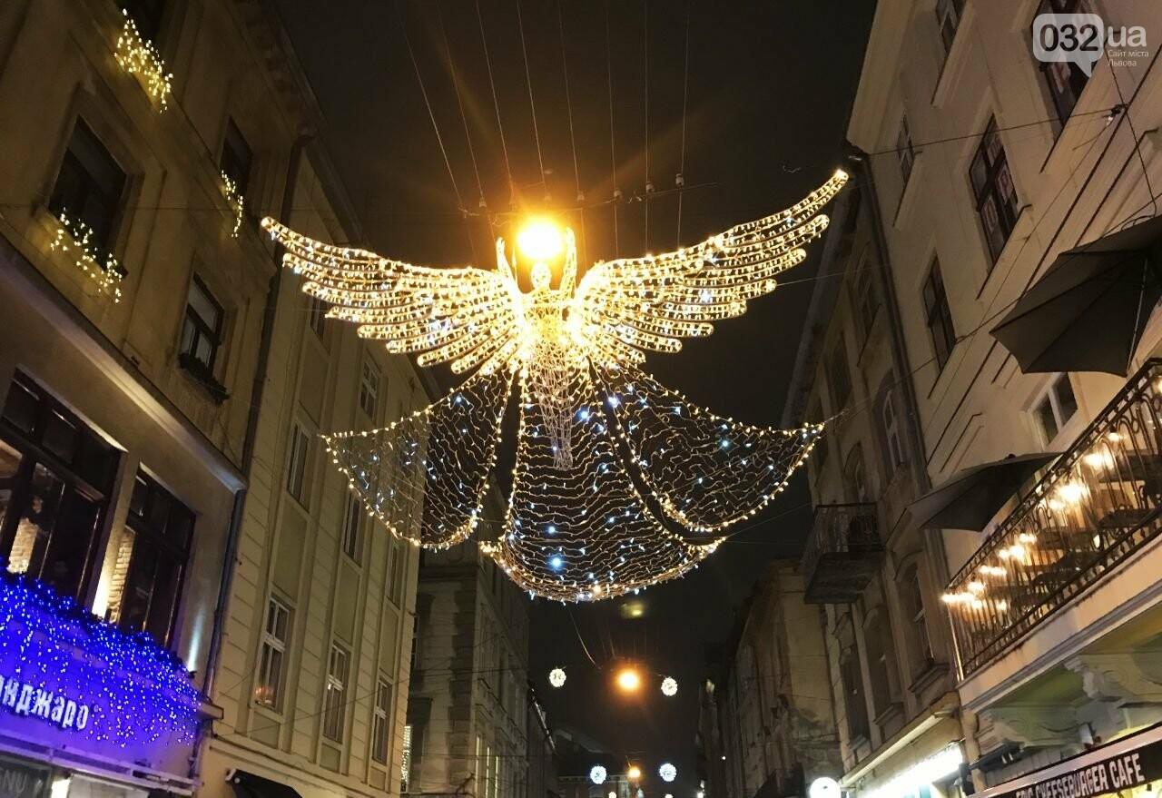 8-метровий ангел у центрі Львова, Фото: 032.ua