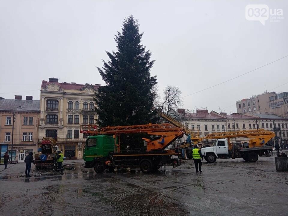 Перед Оперним театром розбирають головну ялинку Львова