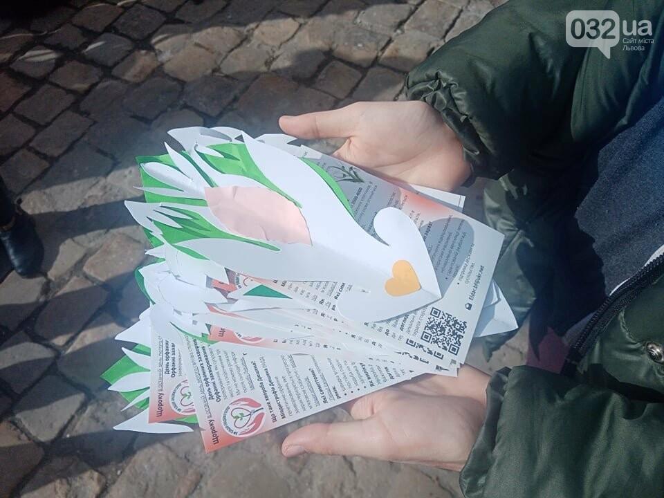 Під час акції львів'янам роздавали буклети з інформацією про хворобу Дюшена, Фото: 032.ua