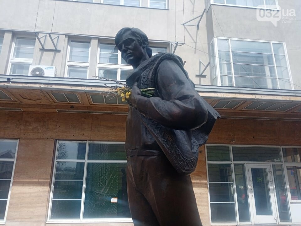 Володимир Івасюк з вербовою лозою: пам'ятник на проспекті Шевченка, Фото: 032.ua