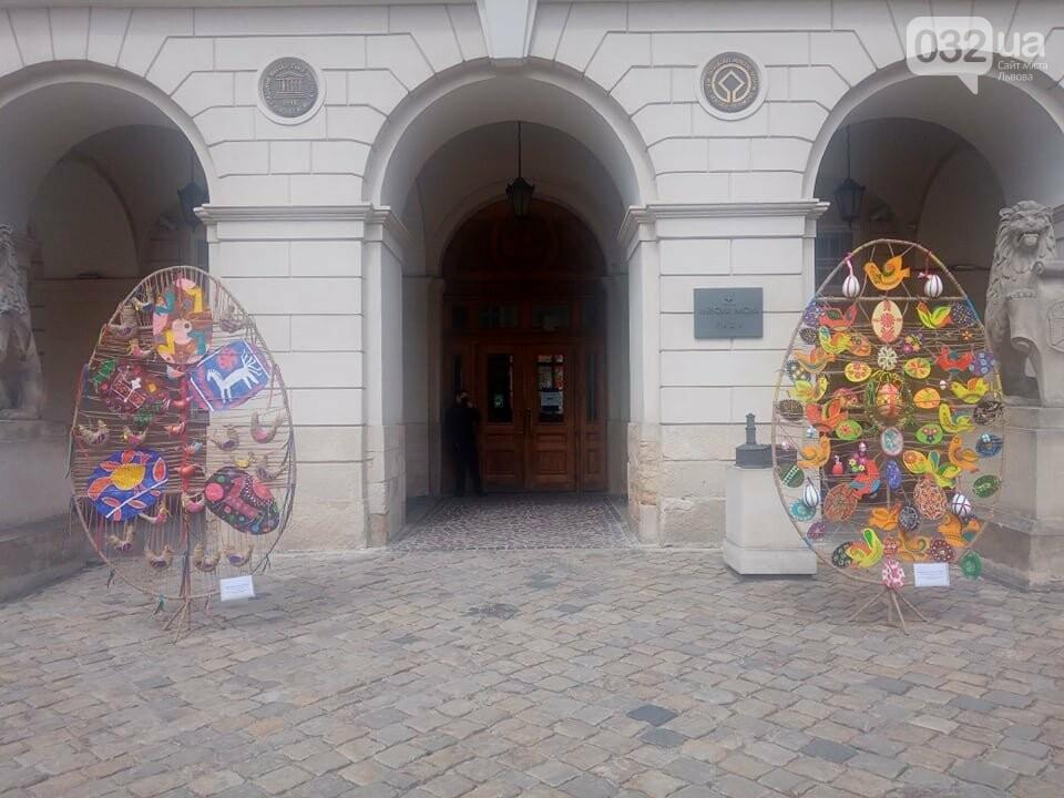 Писанки біля входу у Ратушу, Фото: 032.ua