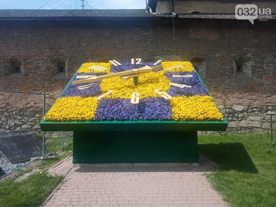 Квітковий годинник біля площі Митної, Фото: 032.ua
