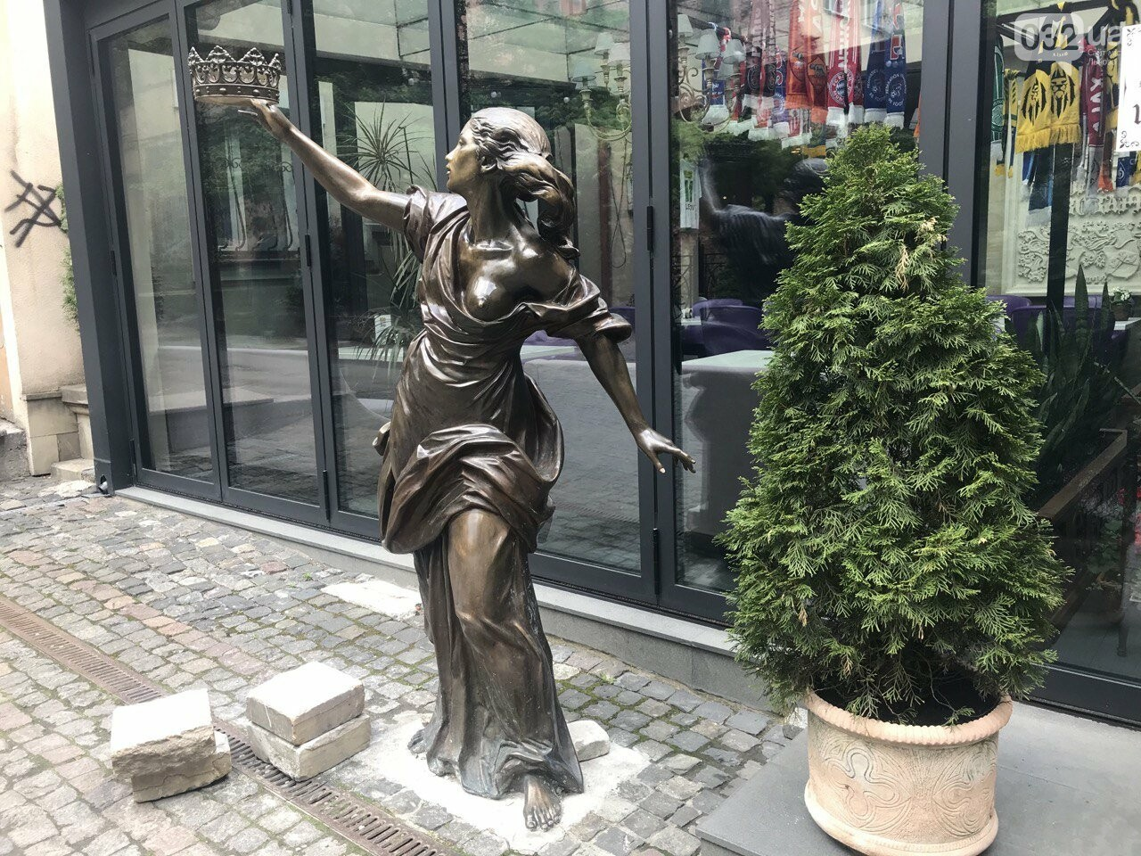 Пам'ятник жінці з короною в руці, Фото: 032.ua