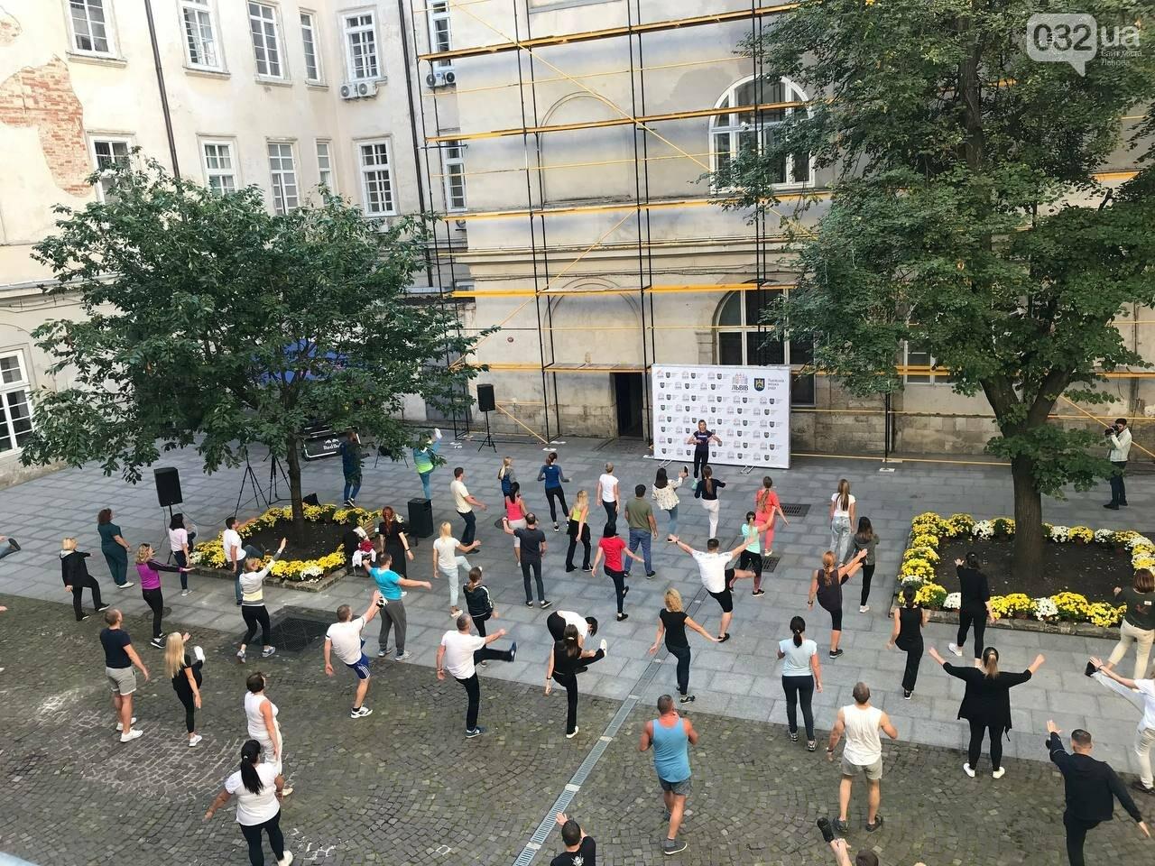 Працівники львівської мерії вийшли на колективну ранкову зарядку, - ФОТО, ВІДЕО, фото-1