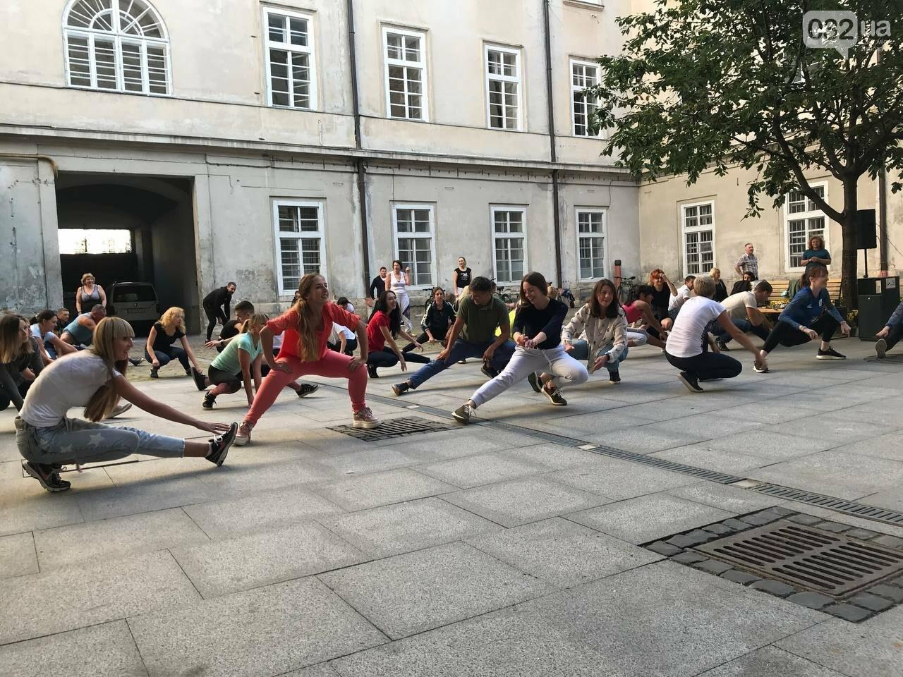 Працівники львівської мерії вийшли на колективну ранкову зарядку, - ФОТО, ВІДЕО, фото-2