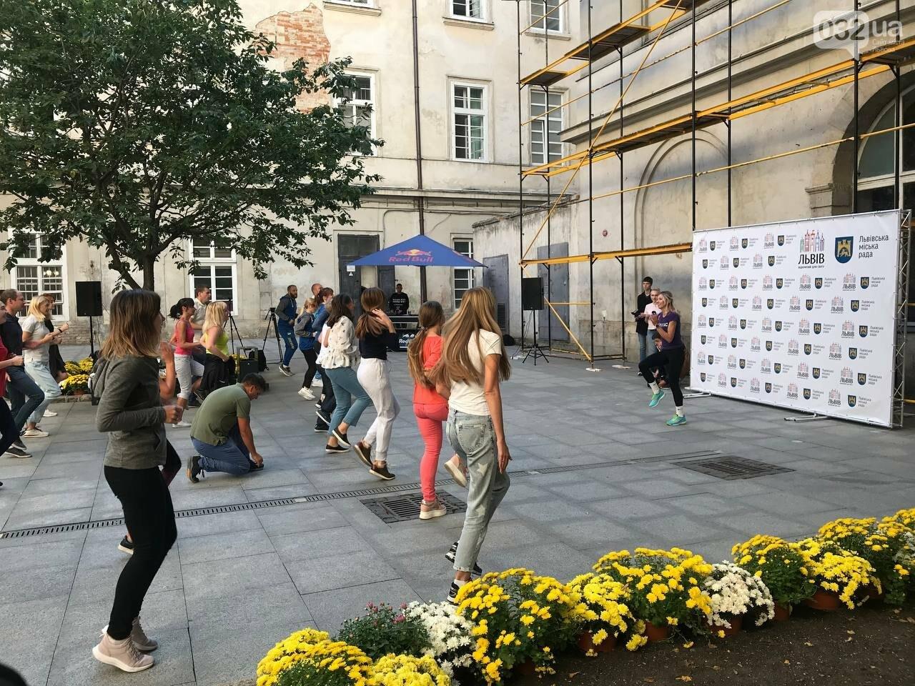Працівники львівської мерії вийшли на колективну ранкову зарядку, - ФОТО, ВІДЕО, фото-3