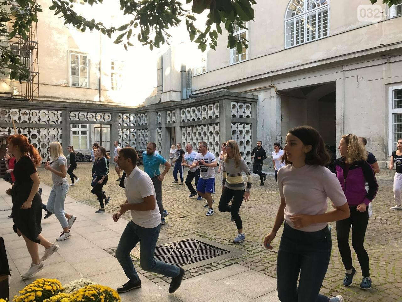 Працівники львівської мерії вийшли на колективну ранкову зарядку, - ФОТО, ВІДЕО, фото-4