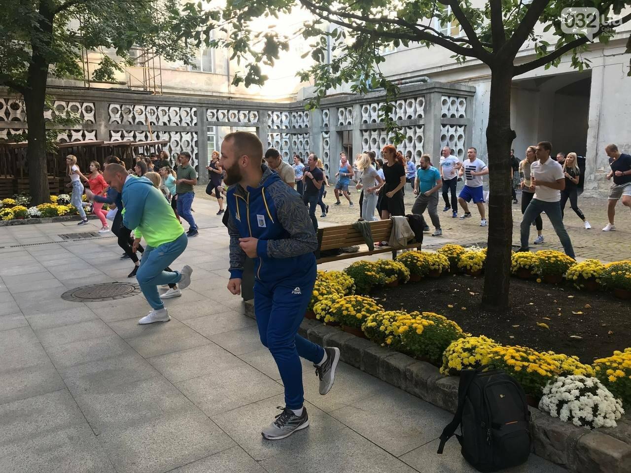 Працівники львівської мерії вийшли на колективну ранкову зарядку, - ФОТО, ВІДЕО, фото-5