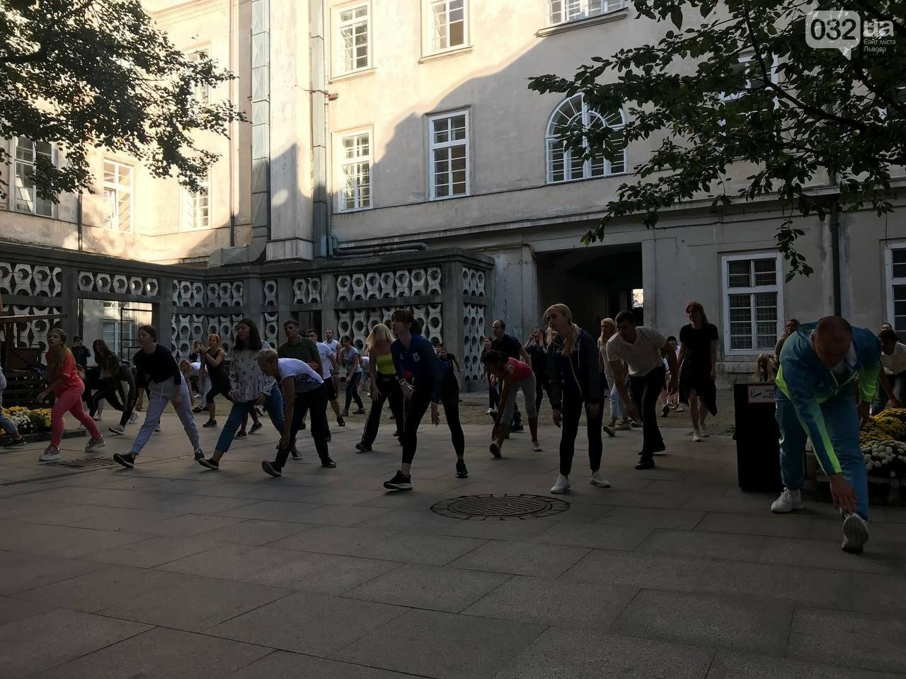 Працівники львівської мерії вийшли на колективну ранкову зарядку, - ФОТО, ВІДЕО, фото-6