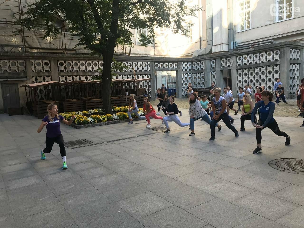 Працівники львівської мерії вийшли на колективну ранкову зарядку, - ФОТО, ВІДЕО, фото-10