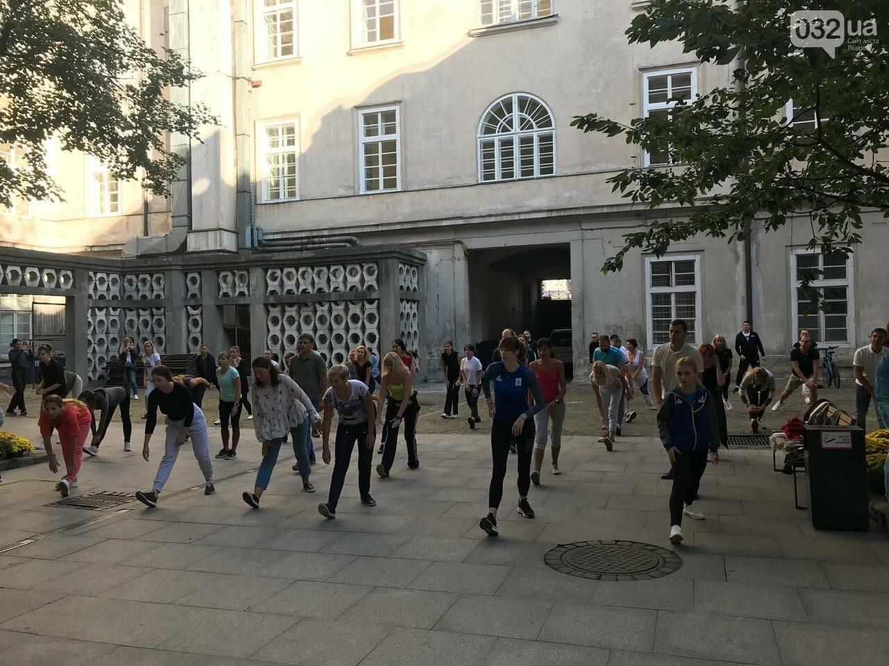 Працівники львівської мерії вийшли на колективну ранкову зарядку, - ФОТО, ВІДЕО, фото-9