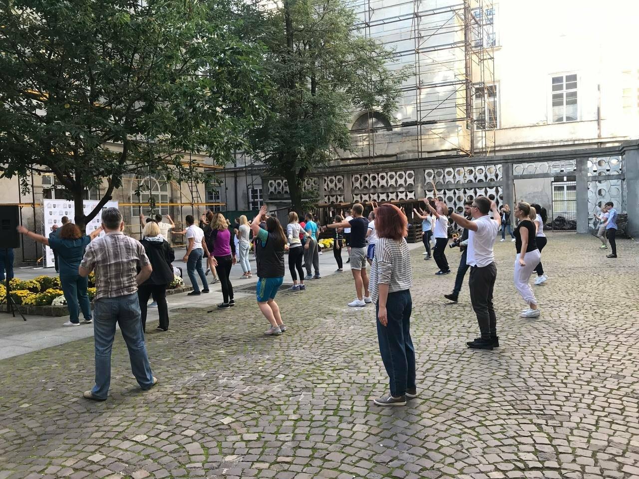 Працівники львівської мерії вийшли на колективну ранкову зарядку, - ФОТО, ВІДЕО, фото-7