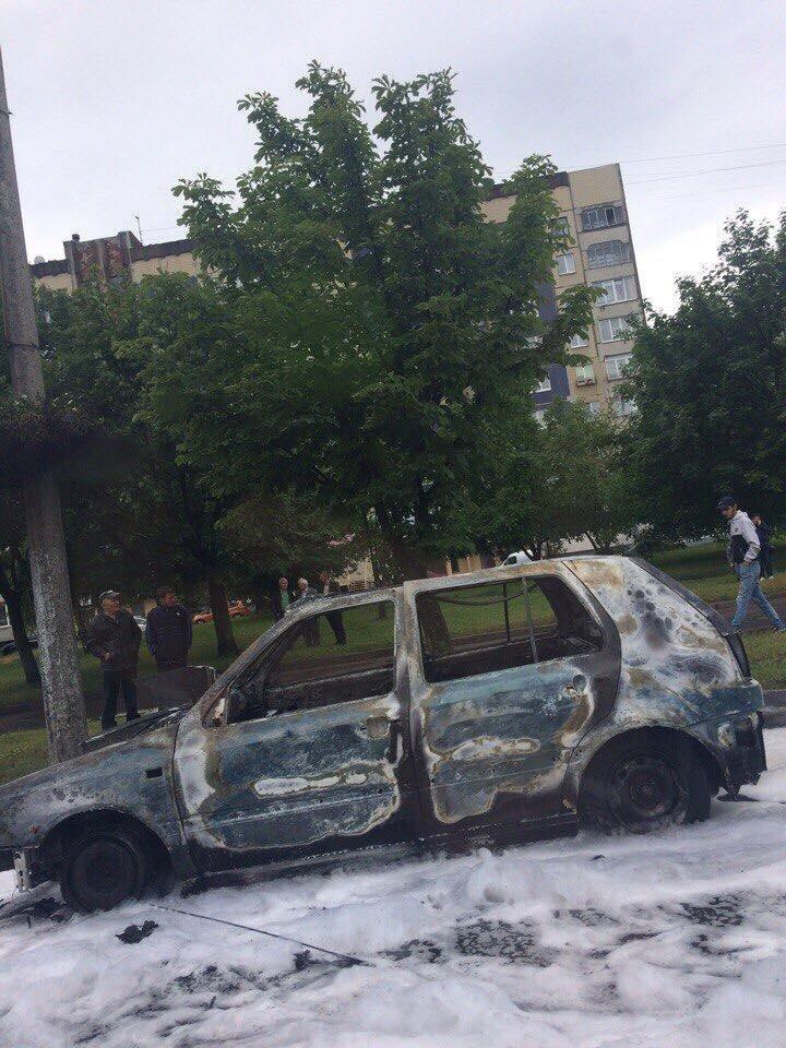 На просп. Ч. Калини, 40 загорівся автомобіль «Volkswagen Golf 3».