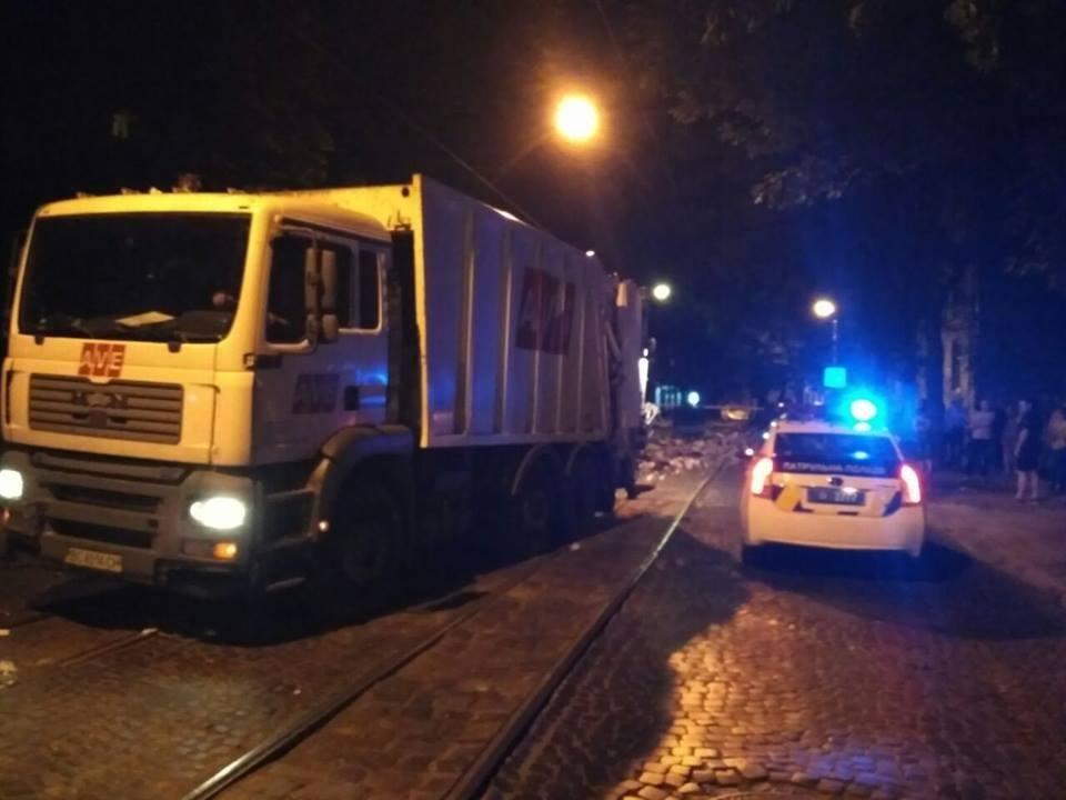 У Львові знову перекрили вулицю сміттям (ФОТО), фото-2, Фото: прес-служба патрулної поліції Львова