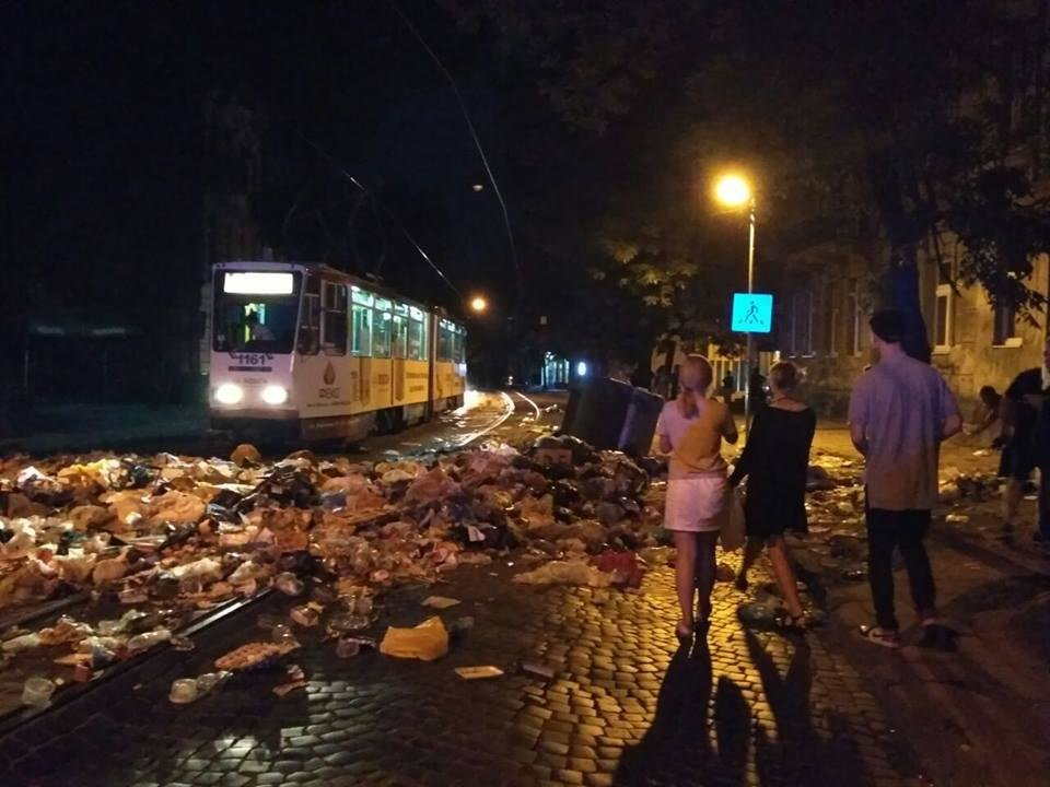 У Львові знову перекрили вулицю сміттям (ФОТО), фото-1, Фото: прес-служба патрулної поліції Львова