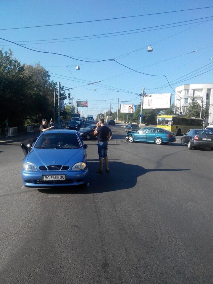 У Львові не розминулися два автомобілі: фото з місця ДТП , фото-1, Фото: прес-служба патрульної поліції Львова