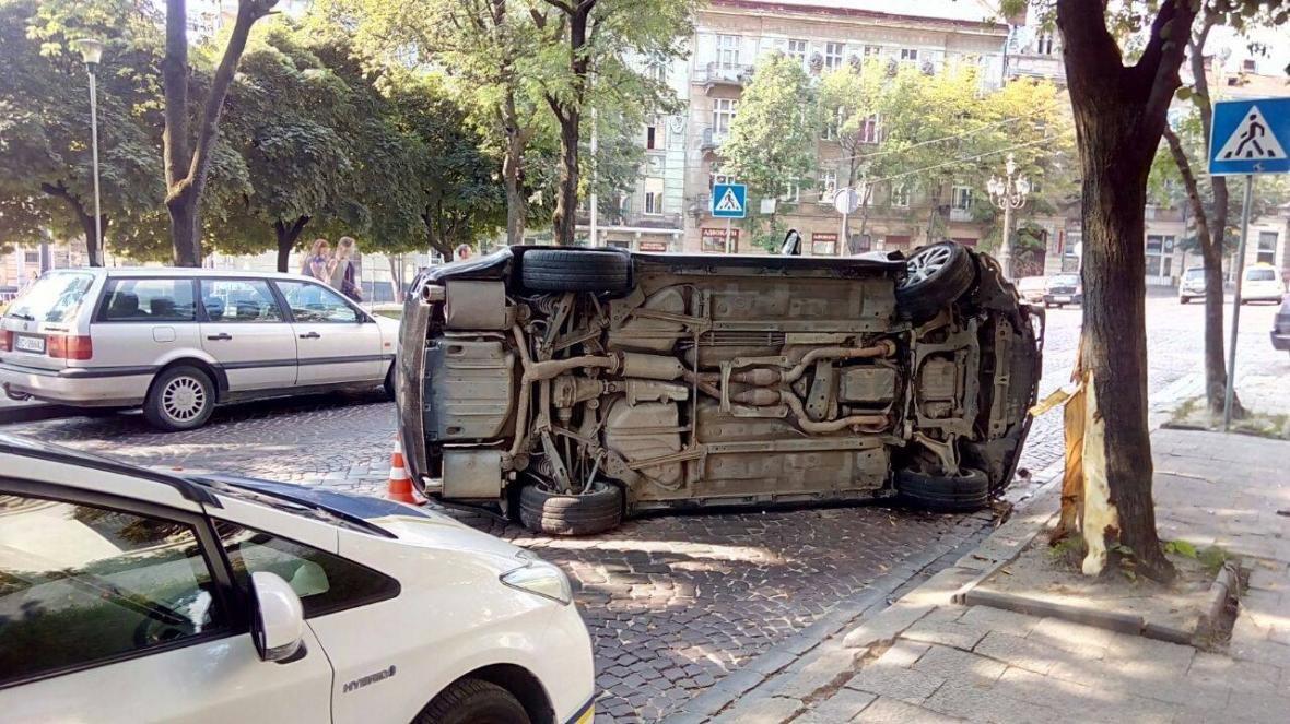 У центрі Львова перекинувся Лексус: фото з місця події, фото-1, Фото: прес-служба патрульної поліції Львова