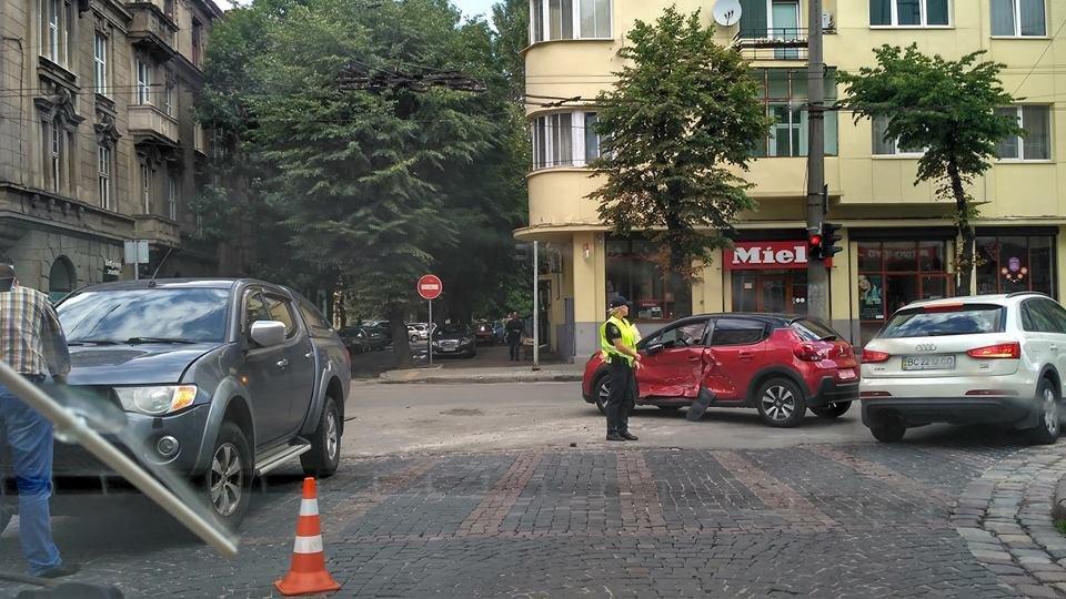 Внаслідок зіткнення двох автомобілів у Львові постраждала одна людина: фото з місця ДТП , фото-1, Фото: Варта-1/facebook